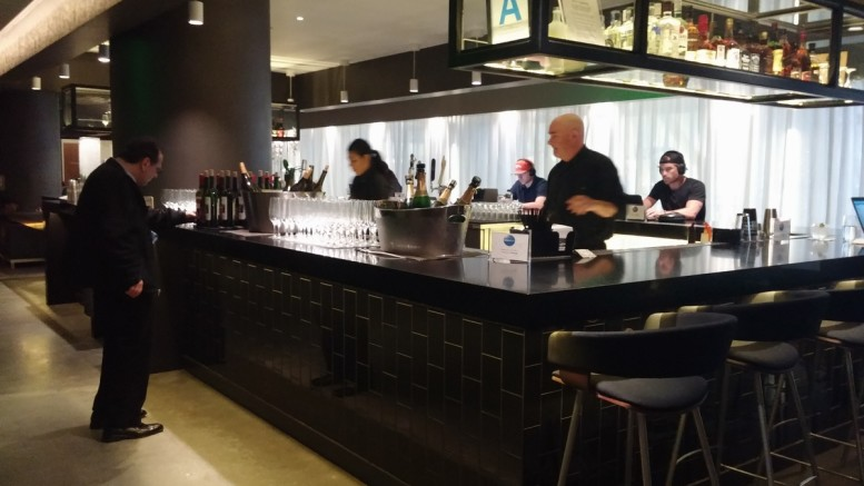 oneworld_lounge_lax_tom_bradley_international_terminal_tbit_bar_drinks