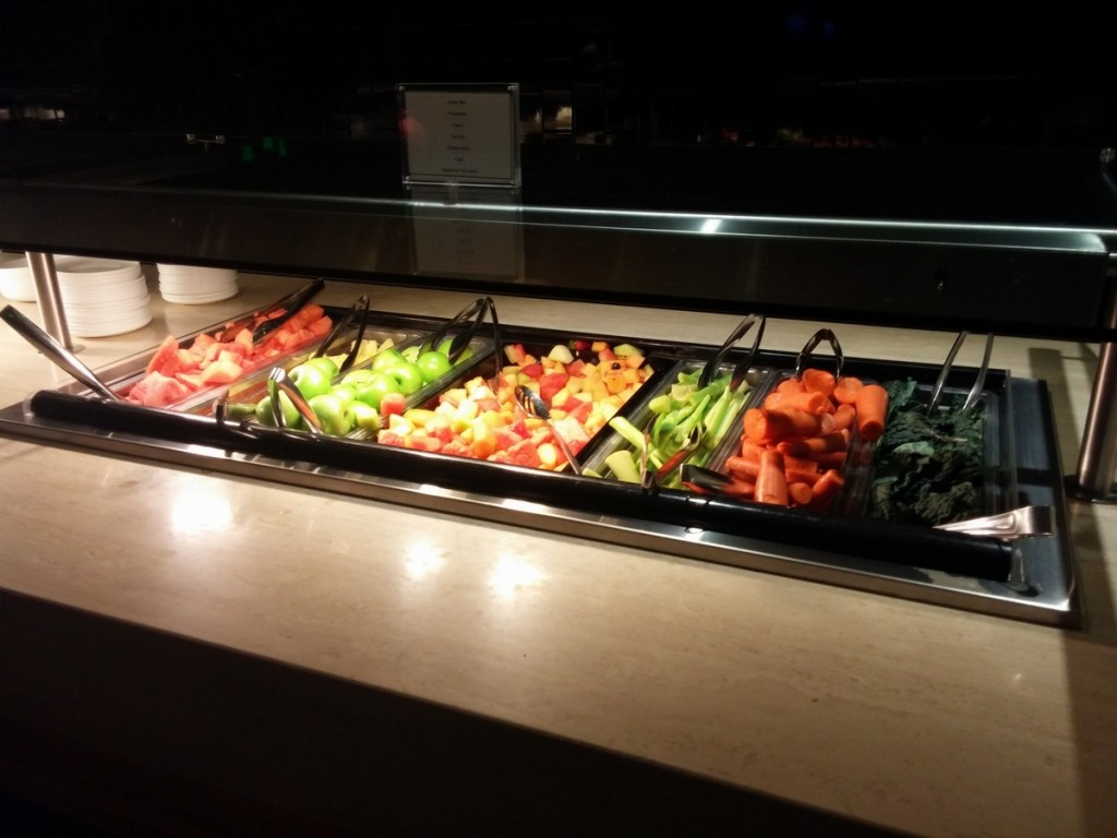 oneworld_lounge_lax_tom_bradley_international_terminal_tbit_food_buffet_juicer_1