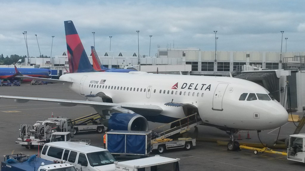 A Delta A319 (registered N370NB, first delivered to Northwest Airlines in 2003) sits at its gate